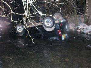 Vozidlo skončilo po nehode na streche